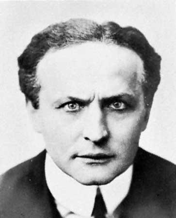 31. oktobra 1926. godine umro je mađioničar Hari Hudini, od ...