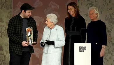 Modni dizajner Ričard Kvin primio British Design nagradu od Kraljice Elizabete II na nedelji mode u Londonu